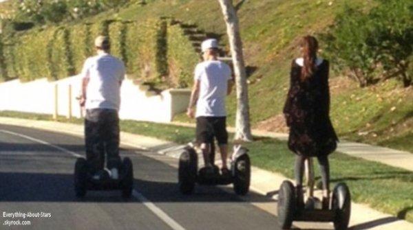 02/01/14: Selena Gomez et Justin Bieber ont été repérés ensemble alors qu'ils faisaient une balade en Segways dans les rues de Calabasas, en Californie
