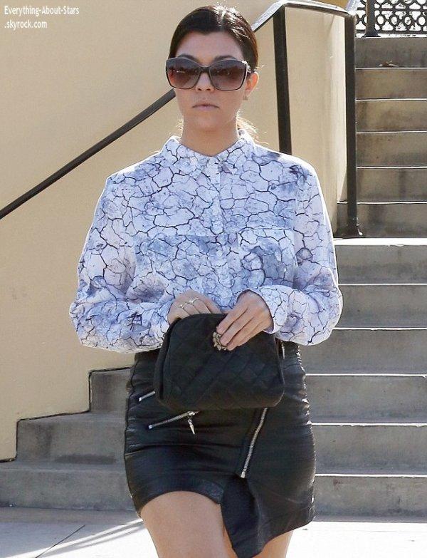 03/01/14: Kourtney Kardashian a été photographié par les paparazzi alors qu'elle se rendait déjeuner a Calabasas