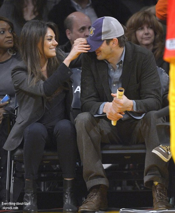 03/01/14: Mila Kunis et son boyfriend Ashton Kutch au match de Basketball des Lakers au Staples Center à Los Angeles