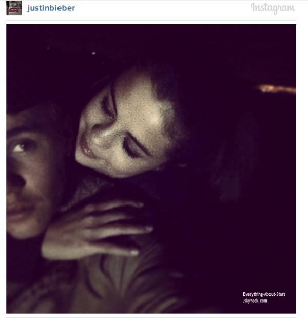 """Justin Bieber à poster une photo avec Selena Gomez sur son compte Instagram avec comme légende """"J'aime comme tu me regardes"""