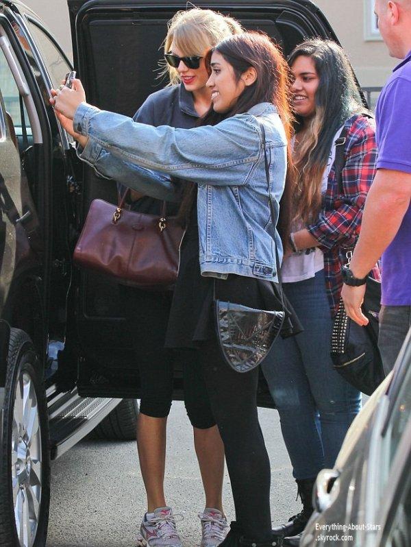 04/01/14: Taylor Swift repérée en train de prendre des photos avec ses fans à la sortie de son cours de gym à Los Angeles