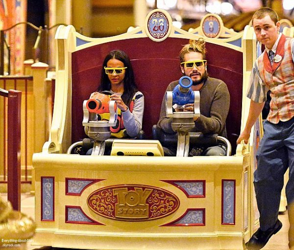 04/01/14: Zoe Saldana aperçue avec son mari Marco Perego au parc d'attraction Disneyland en Californie