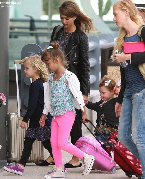 04/01/14: De retour de vacances, Jessica Alba et sa famille ont été repérée à l'aéroport de Los Angeles