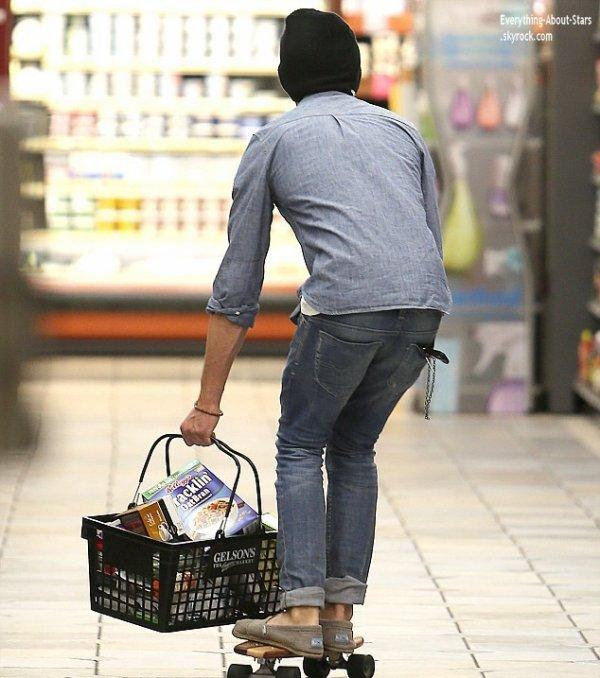 07/01/14: Le beau Zac Efron aperçue en train de faire ses courses en skateboard dans un supermarché à Los Feliz