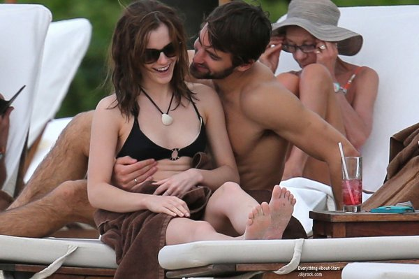 09/01/14: Emma Watson et son nouveau boyfriend Matthew Janney en amoureux sur une plage à Caribbean