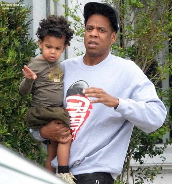 """08/01/14: Beyoncé, Jay-Z et leur fille Blue aperçue sortant du restaurant """"Joey's"""" à Miami"""