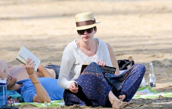 Grosse frayeur pour Anne Hathaway, alors que l'actrice se baignait, elle a été emporté par le courant et n'a pas réussi à revenir sur la plage à Hawaii.