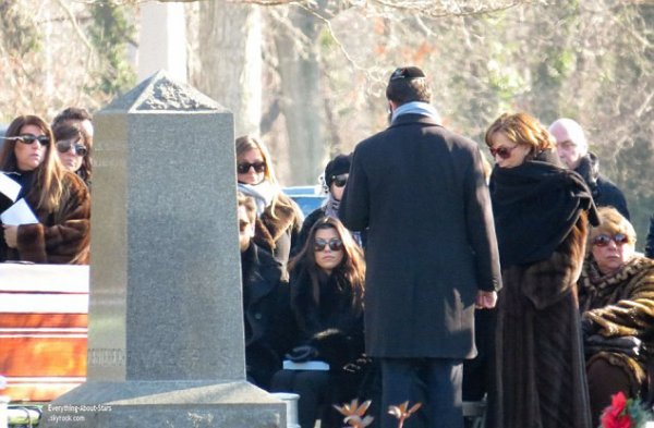 10/01/14: Kourtney Kardashian et Kris Jenner repérée à l'enterrement du père de Scott Disick au cimetière d'Oakwood à New York
