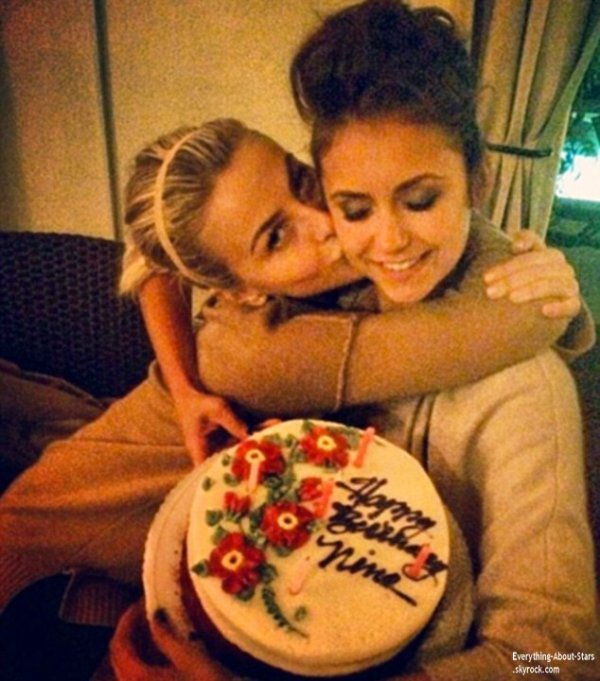 Photos personnelles de la belle Nina Dobrev, accompagné de sa BFF Julianne Hough et de son ex Ian Somerhalder