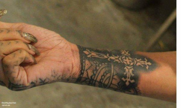 Découvrez le nouveau tatouage de Rihanna Qu'en pensez-vous?