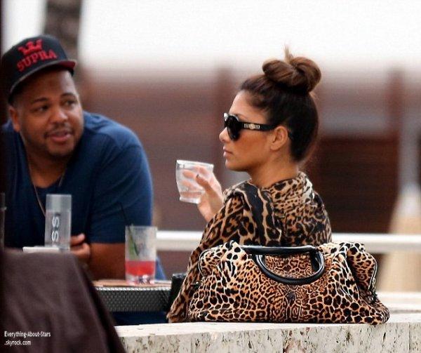 14/01/14: Nicole Scherzinger aperçue en train de déjeuner avec son producteur à Miami