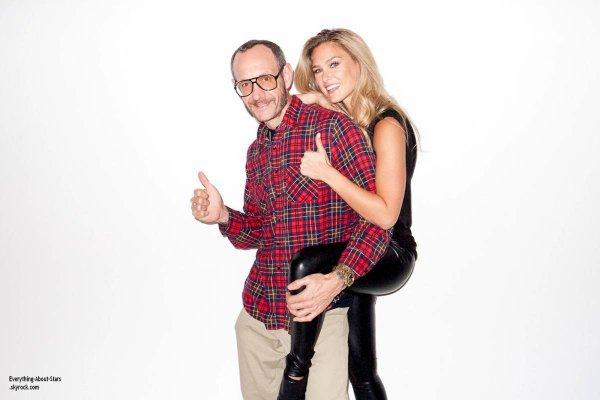 Bar Rafaeli prend la pose avec le célébre photographe Terry Richardson