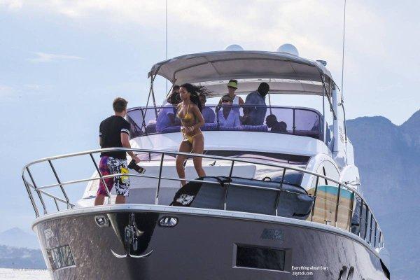 18/01/14: Rihanna prend du bon temps, sur un yacht avec des amies à Rio de Janeiro