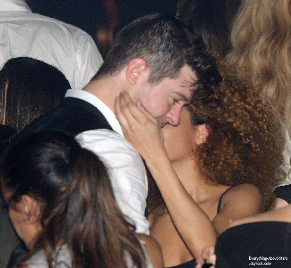 19/01/14: Robin Thicke aperçue très proche d'une brune en boîte de nuit à Paris
