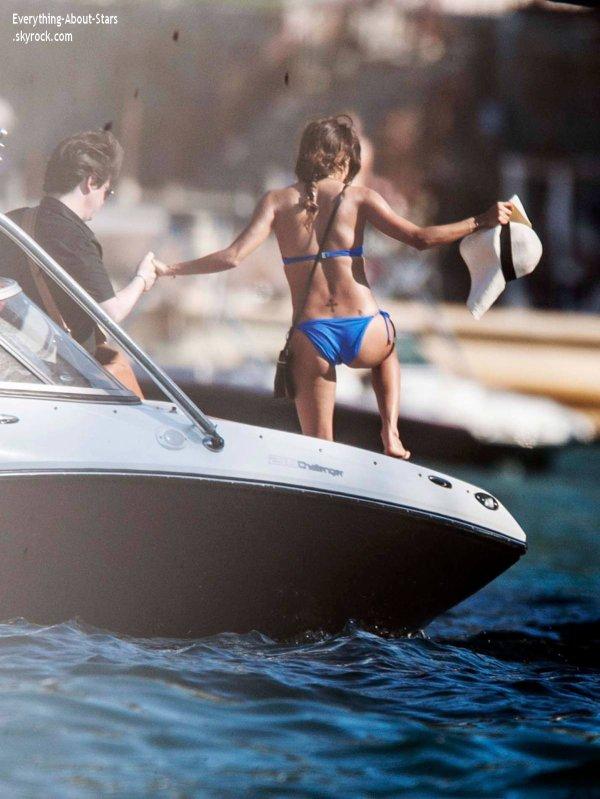 21/01/14: Eva Longoria, se prélasse tranquillement sur un bateau avec quelques amies, pendant ses vacances au Mexique