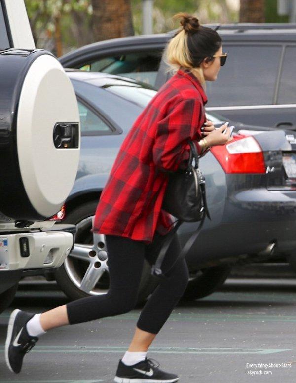 21/01/14: Kylie Jenner repérée avec sa nouvelle coupe de cheveux dans les rues de Calabasas pour une journée shopping