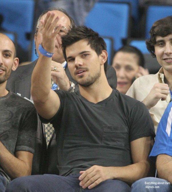 23/01/14: Taylor Lautner repérée à un match de Basketball au  Pauley Pavilion à Westwood