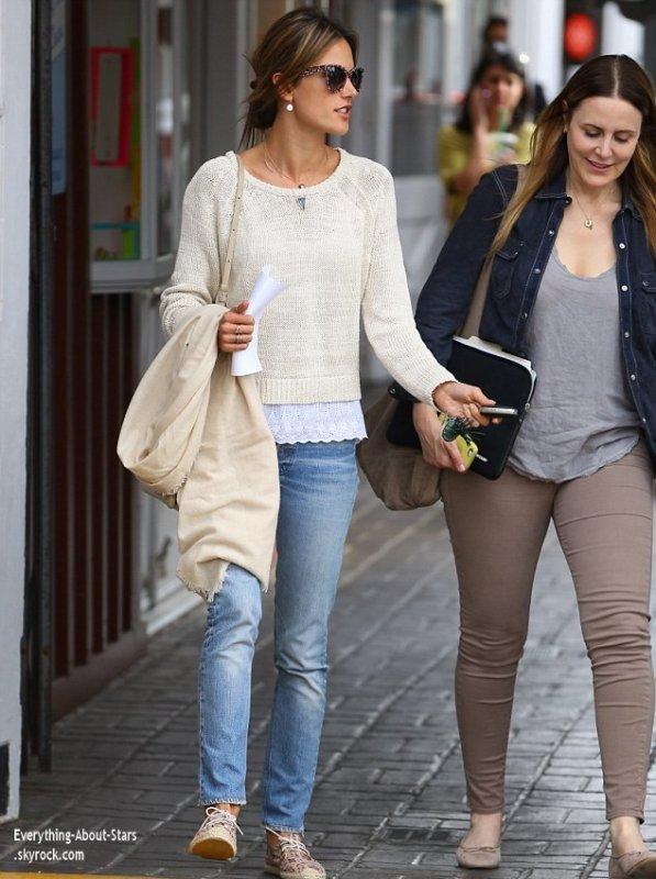 24/01/14: Alessandra Ambrosio aperçue en train de faire du shopping dans les rues de Brentwood accompagné d'une amie