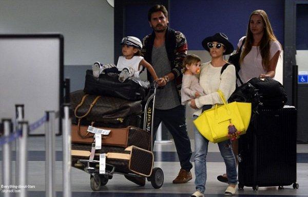 Kourtney Kardashian et sa petite famille repérée à l'aéroport de LAX à Los Angeles