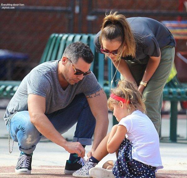 Jessica Alba et sa famille aperçue se rendant au Canyon Park à Beverly Hills