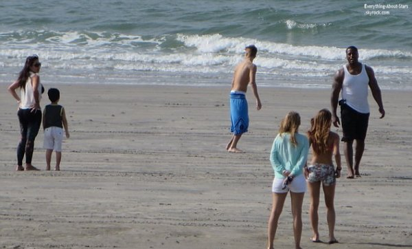 25/01/14: Justin Bieber aperçue avec Chantel Jeffries sur une plage au Panama