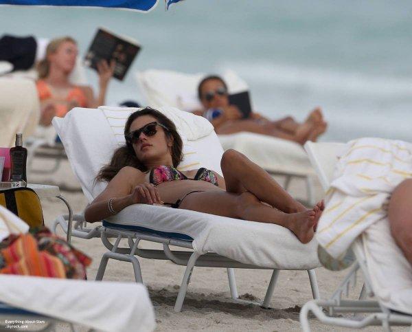 31/01/14: Alessandra Ambrosio en train de se prélasser au soleil, sur une plage de Miami