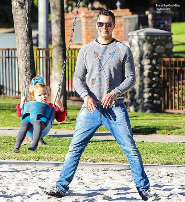 01/02/14: Jessica Alba et sa famille aperçue au parc pour une après-midi détente à Los Angeles