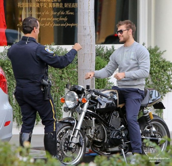 01/02/14: Alex Pettyfer aperçue en train de discuter avec un officier de police dans les rues de Beverly Hills