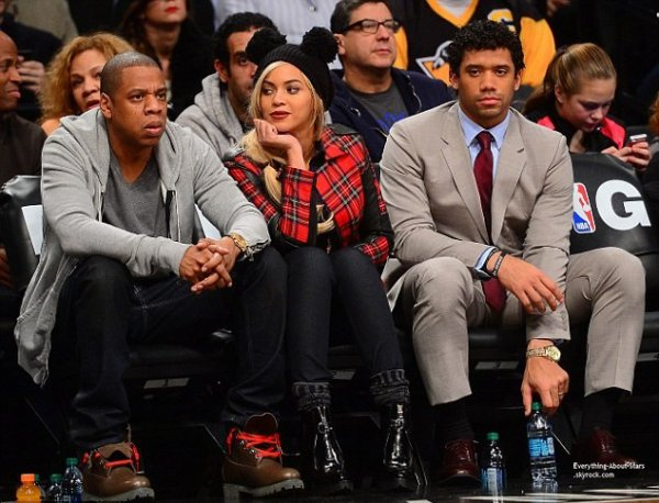 Jay-Z et sa femme Beyonce repérée à un match de basketball, ils ont été rejoint par le quarterback Russell Wilson à New York
