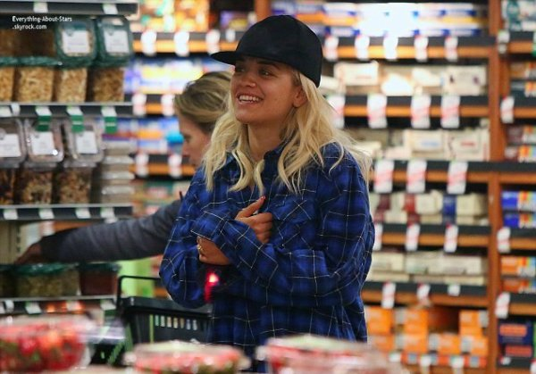 06/02/14: Rita Ora et son boyfriend Calvin Harris, aperçue en train de faire des courses à Whole Food's à Beverly Hills