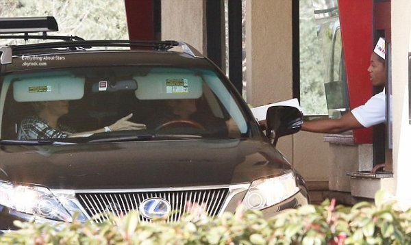 10/02/14: Charlize Theron et Sean Penn aperçue en train de passer commande dans un fast food à Hollywood