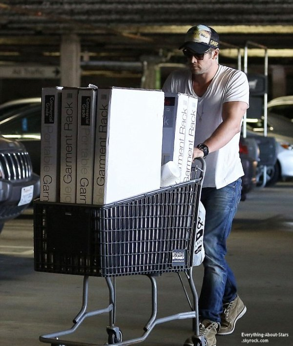 10/02/14: Liam Hemsworth aperçue avec sa mère sortant du magasin  Bed Bath and Beyond à Los Angeles