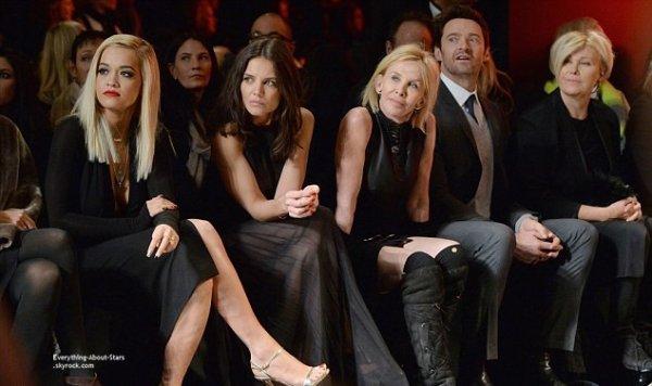 10/02/14: Rita Ora repérée à la Fashion Week de New York durant le défilé DKNY, au côté de Katie Holmes, de Hugh Jackman et sa femme.