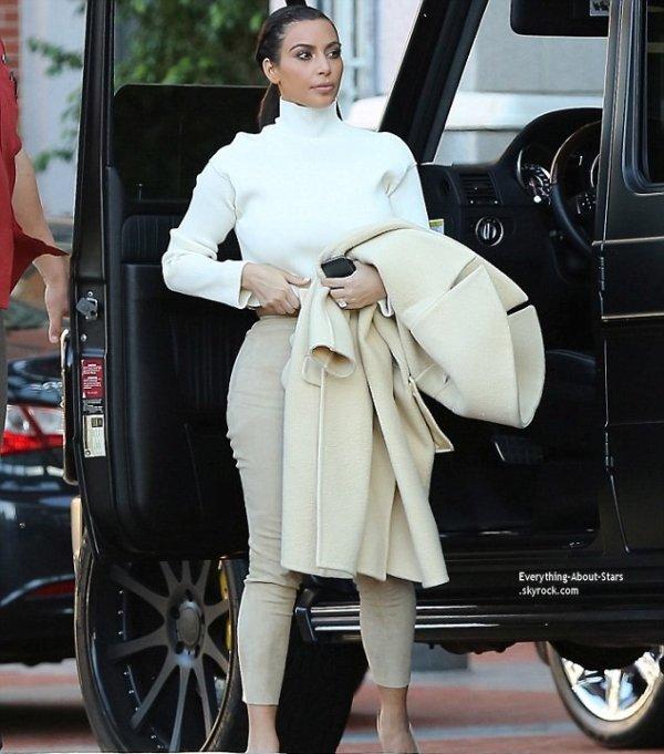 10/02/14: Kim Kardashian aperçue se rendant à un déjeuner d'affaire dans un hôtel à Los Angeles