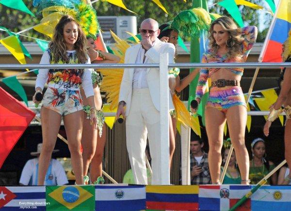 11/02/14: Jennifer Lopez repérée sur le tournage de son nouveau clip pour la Coupe du Monde 2014, aux côtés de Pittbull et de Claudia Leitte en Floride