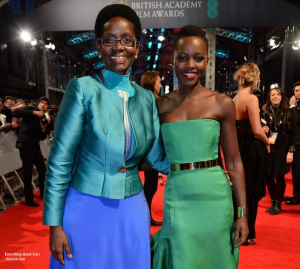 The British Academy Film Awards 2014   Lupita Nyong'o et sa mère Doroty sur le tapis rouge des British Academy Film Awards2014 qui s'est déroulé au Royal Opera House à Londres.