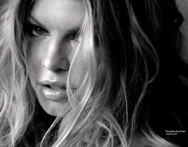 Fergie, ambassadrice topless pour Calvin Klein