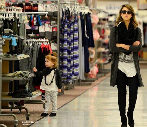 22/02/14: Jessica Alba et sa famille repérée se rendant faire du shopping à Woodland Hills