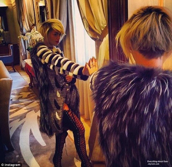 22/02/14: Rita Ora attendue par de nombreux fans à la sortie de son hôtel à Milan