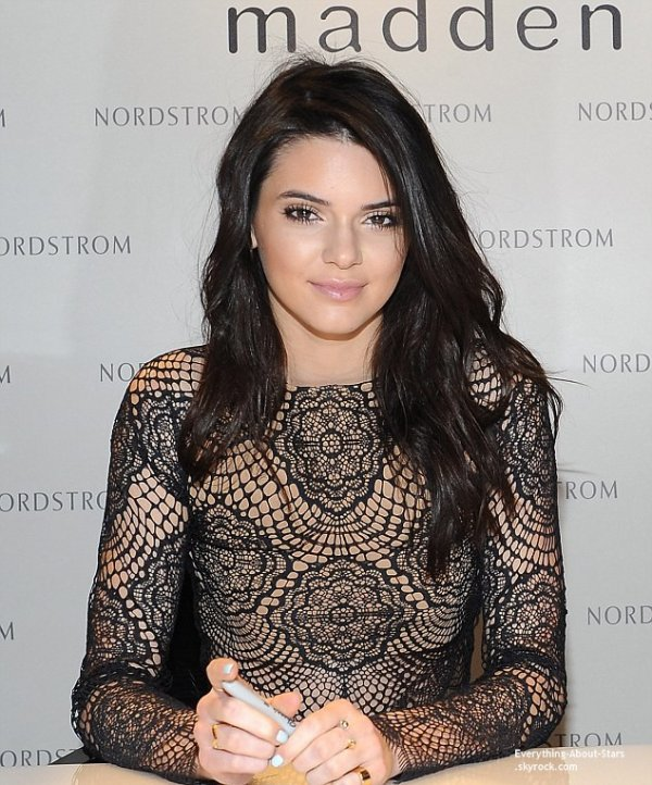 22/02/14: Kendall et Kylie Jenner font la promotion de leur ligne de sacs et chaussures Madden Girl au  Glendale Mall en Califonie