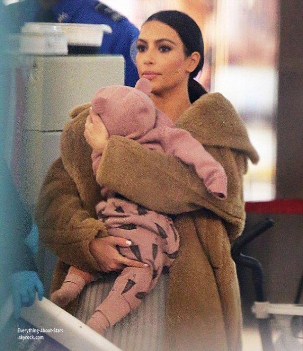 Kim Kardashian aperçue avec sa mère et sa fille North à l'aéroport JFK à New York