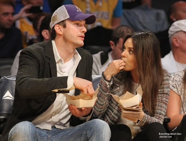 04/03/14: Ashton Kutcher et sa fiancé Mila Kunis pendant un match de basketball des Lakers à Los Angeles