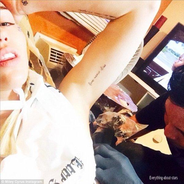 Miley Cyrus : elle s'offre un nouveau tatouage en hommage à son petit chien disparu