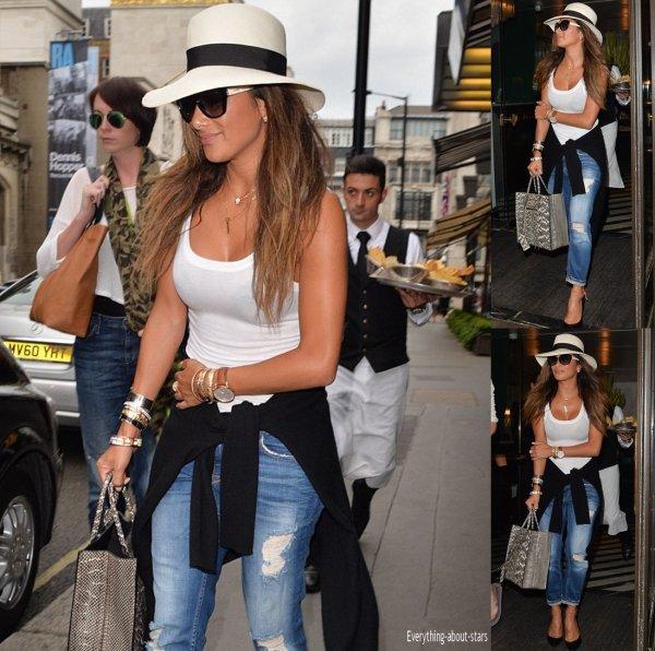 Nicole Scherzinger repérée à la sortie d'un restaurant dans les rues de Londres