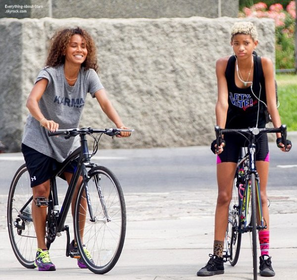 08/07/14: Jada Pinkett Smith et sa fille Willow aperçue en train de faire une promenade à vélo dans New York City