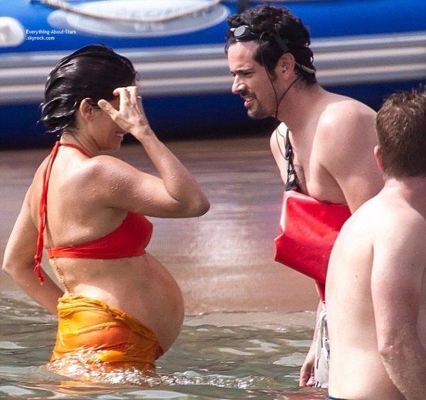 08/07/14: Penelope Cruz aperçue en train de se détendre lors d'un break sur le tournage de Ma Ma avec ses co-stars sur une plage en Espagne