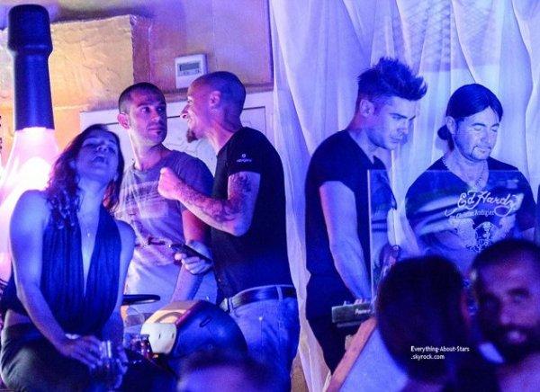 08/07/14: Zac Efron et sa petite amie Michelle Rodriguez aperçue en boîte lors de leurs vacances en Sardaigne