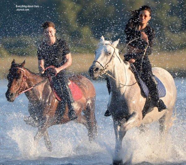 08/07/14: Zac Efron et Michelle Rodriguez repérée en train de faire une balade a cheval en Sardaigne
