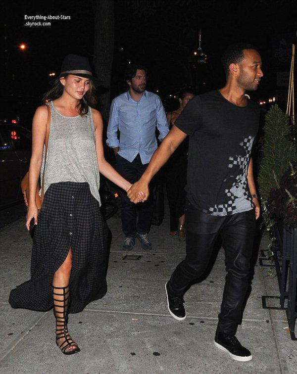 10/07/14: John Legend et sa femme Chrissy Tiegen aperçue se rendant dîner en amoureux à New York