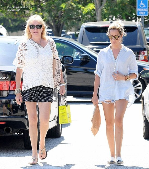 10/07/14: Ashley Tisdale repérée avec sa maman en train de faire du shopping à Beverly Hills